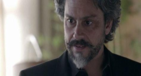 Império: José Alfredo passa mal ao entrar na casa de Cristina