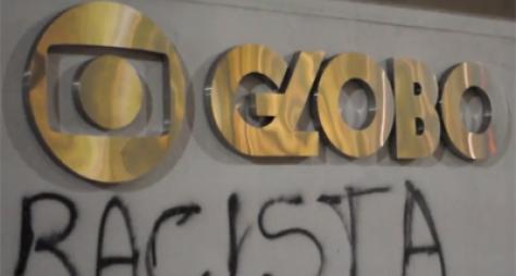 Manifestantes picham sede da Globo em São Paulo acusando a emissora de racismo