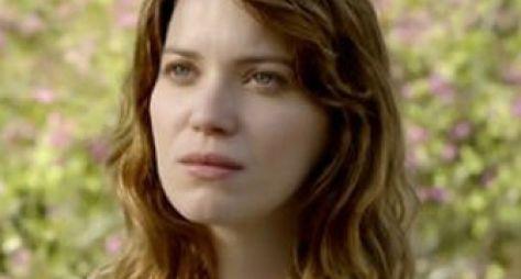 Alto Astral: Laura flagra Caíque e Samantha aos beijos