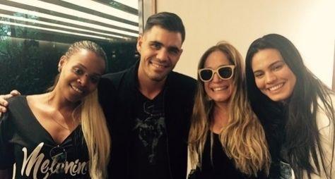 Susana Vieira e Juliano Cazarré posam nos bastidores de A Regra do Jogo