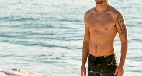 Cauã Reymond grava A Regra do Jogo em praia paradisíaca