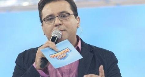 Após expressão de dúvida, Geraldo Luís se irrita com produção do Domingo Show