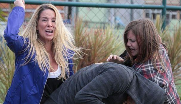 Em cena, a personagem de Dani Winits tenta salvar Lia dos braços de Sal. Foto: Divulgação
