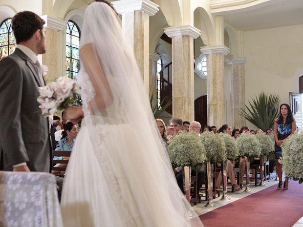 Fina Estampa: Zuleica arma barraco no casamento de Rafael e Amália