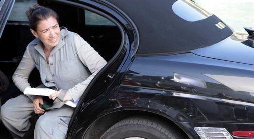 """""""Fina Estampa"""": Milionária, Griselda chega de limusine e impressiona a vizinhança"""