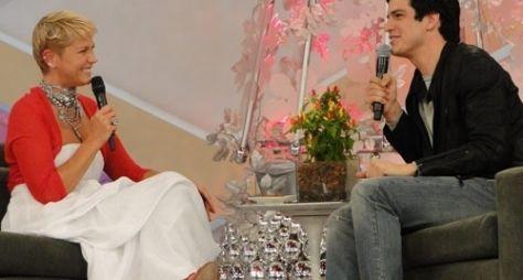 """Mateus Solano se emociona durante entrevista do """"TV Xuxa"""""""