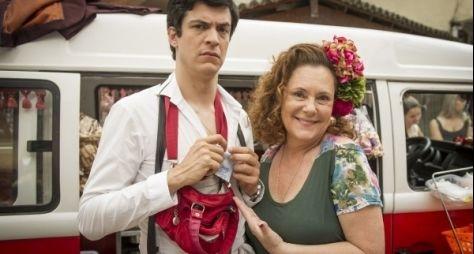 Amor à Vida: Félix faz sucesso vendendo hot-dog