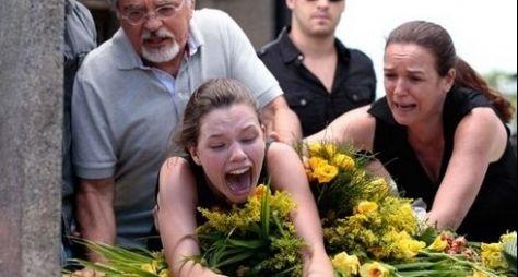 Amor à Vida: Linda surta no enterro da irmã, com saudades de Rafael