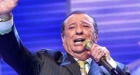 Raul Gil aparece na Record e deseja boa sorte ao Domingo Show