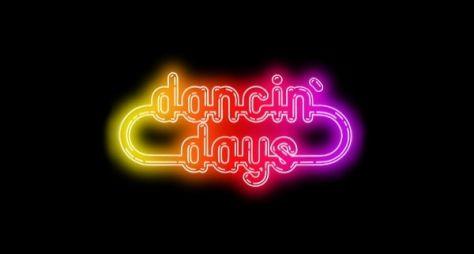 DANCIN' DAYS: A disputa entre duas irmãs ao som de Disco no horário nobre.