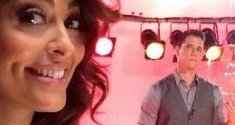 Juliana Paes e Márcio Garcia gravam chamadas do Globo de Ouro Palco Viva
