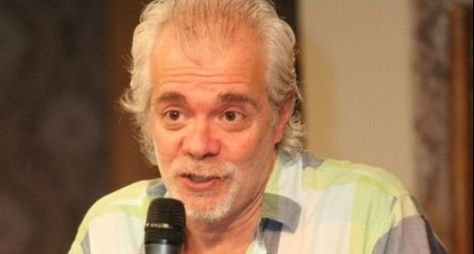 Carlos Lombardi entrega projeto de minissérie