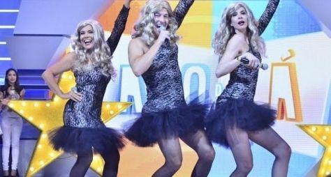 Luciana Gimenez e Mara Maravilha viram Rita Cadillac no palco da Hora do Faro