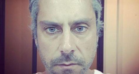 Alexandre Nero usa lentes azuis na reta final de A Regra do Jogo