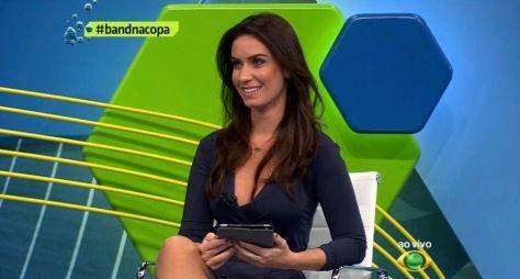 Larissa Erthal é vista nos corredores da TV Globo em SP