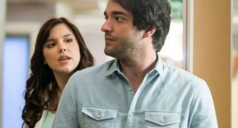 Alice Wegmann e Humberto Carrão viajam para gravação do fim de A Lei do Amor