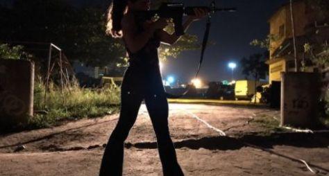 Glória Perez publica foto de Bibi armada em gravação de A Força do Querer