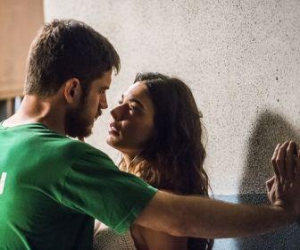 A Força do Querer: Ritinha procura Zeca na prisão, e os dois se beijam