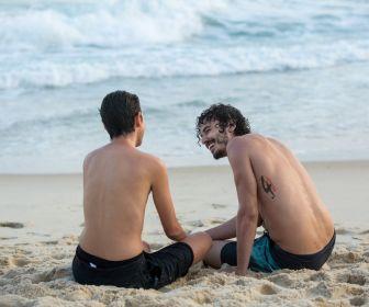 Sem camisa, Carol Duarte grava final de Ivan em A Força do Querer