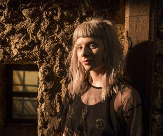 Deus Salve o Rei: Aurora grava clipe da música de abertura da novela