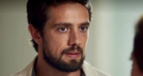 O Outro Lado do Paraíso: Renato quer saber origem da fortuna de Clara