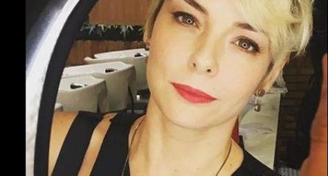 Regiane Alves fica loiríssima para O Tempo Não Para