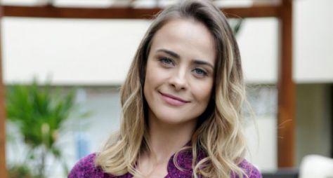 Juliana Silveira é vista visitando os Estúdios Globo