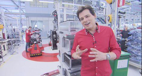 Celso Portiolli mostra fábrica da Ferrari no Domingo Legal