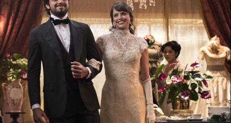 Orgulho e Paixão: Ernesto e Ema se vestem de noivos para cliente no atelier