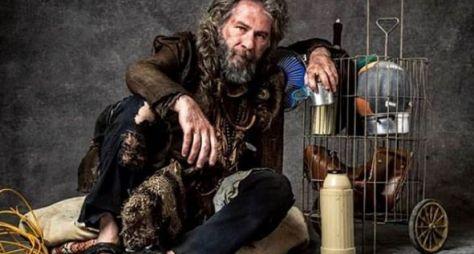 Leopoldo Pacheco caracterizado como o falso mendigo de O Sétimo Guardião