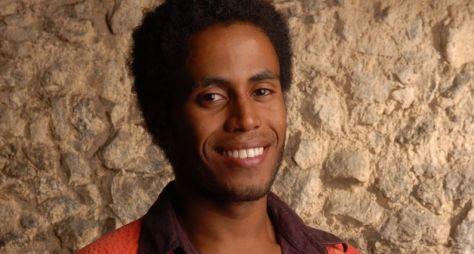 Ícaro Silva viverá cantor de axé em Verão 90