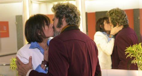 O Tempo Não Para: Dom Sabino e Carmen se beijam