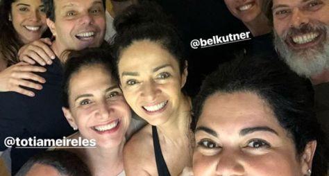 Fabiana Karla posta foto com elenco de Verão 90