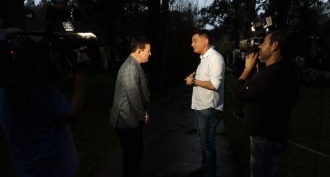 Roberto Cabrini registra rotina de Léo Dias para o Conexão Repórter
