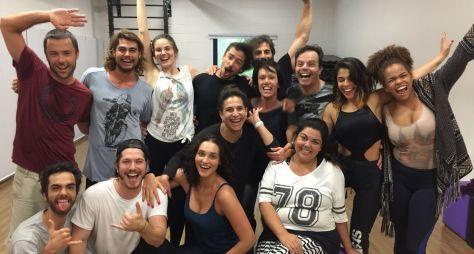 """Elenco faz animada aula de dança como preparação para """"Verão 90"""""""