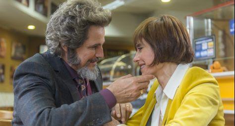 O Tempo Não Para: Dom Sabino e Carmen começam a morar juntos