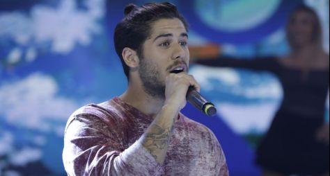 Cantor Zé Felipe tem encontro emocionante com fã  no palco do Hora do Faro