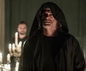 O Sétimo Guardião: Após conversa com León, Gabriel se muda para o casarão