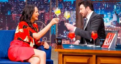Luisa Marilac recorda sua história e bebe 'bons drinks' no The Noite