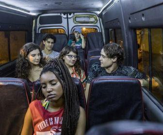 Situação violenta une jovens dentro de van na Baixada Fluminense