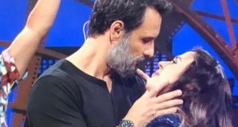 """Em gravação do """"Lady Night"""", Rodrigo Santoro beija Tatá Werneck"""