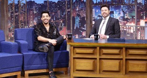 The Noite homenageia Gabriel Diniz e reexibe hoje entrevista com cantor