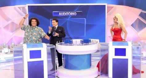 """Silvio Santos traz Léo Áquila e Gominho no """"Jogo das 3 Pistas"""" deste domingo"""