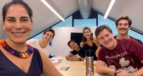 """Gloria Pires publica foto com parte do elenco de """"Éramos Seis"""""""