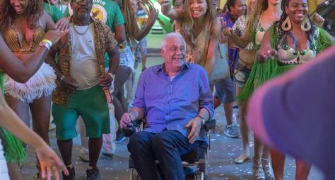 Paloma leva Alberto à quadra da escola de samba Unidos do Bom Sucesso