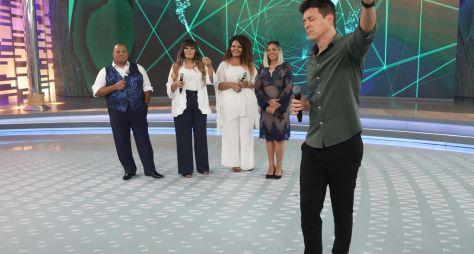 """Grupo """"Fat Family"""" relança carreira e recebe homenagem no palco do Hora do Faro"""