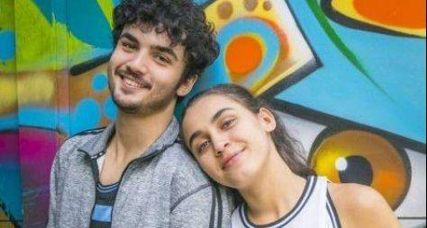 """Escondidos dos pais, Vicente e Gabriela começam a namorar em """"Bom Sucesso"""""""