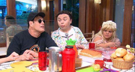 Sérgio Mallandro é acordado pela equipe do Domingo Show