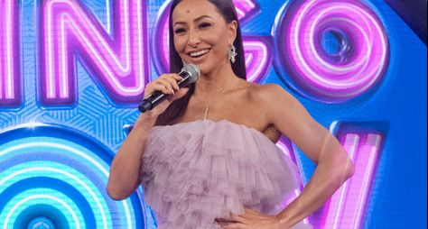"""Em ação para influenciadores, Sabrina Sato apresenta reality do """"Domingo Show"""""""