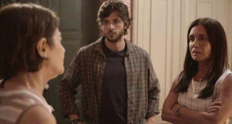 """Regina Casé elogia atuação de Chay Suede em """"Amor de Mãe"""""""